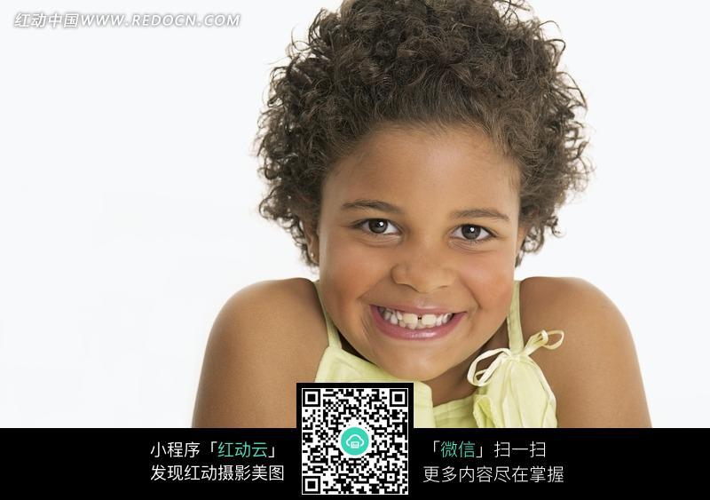 卷发微笑的黑人小女孩图片