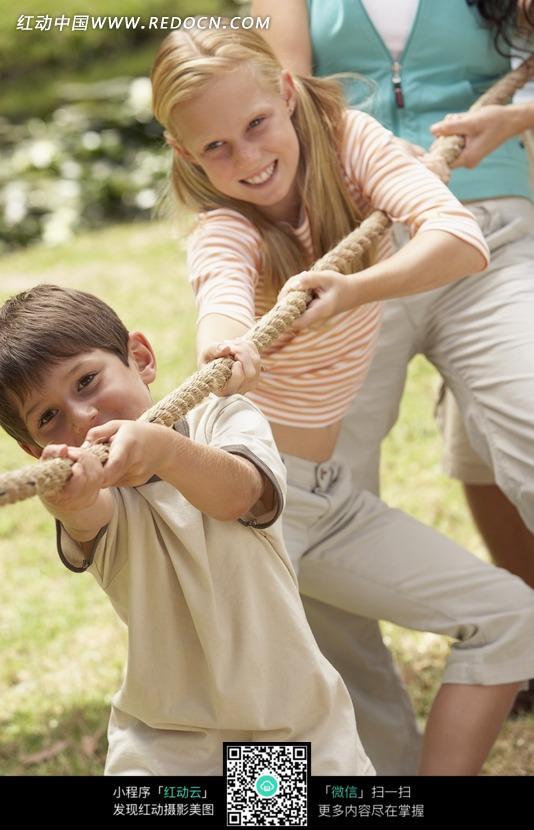 女孩 男孩 孩子 外国孩子特写 拔河 草地上 贴创可贴 儿童图片 儿童照片