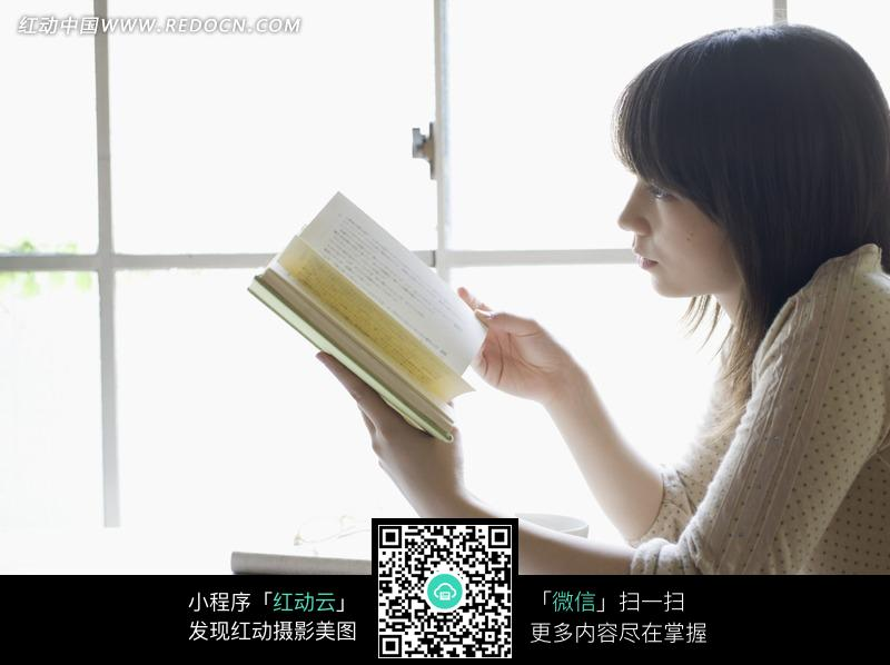 一个坐在窗前看书的女孩侧面图片 人物图片素