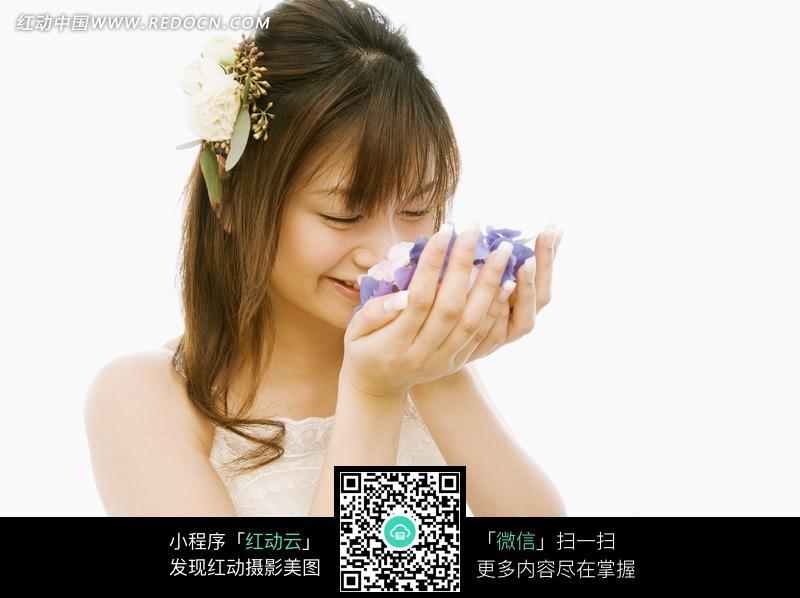 手捧鲜花的女孩图片