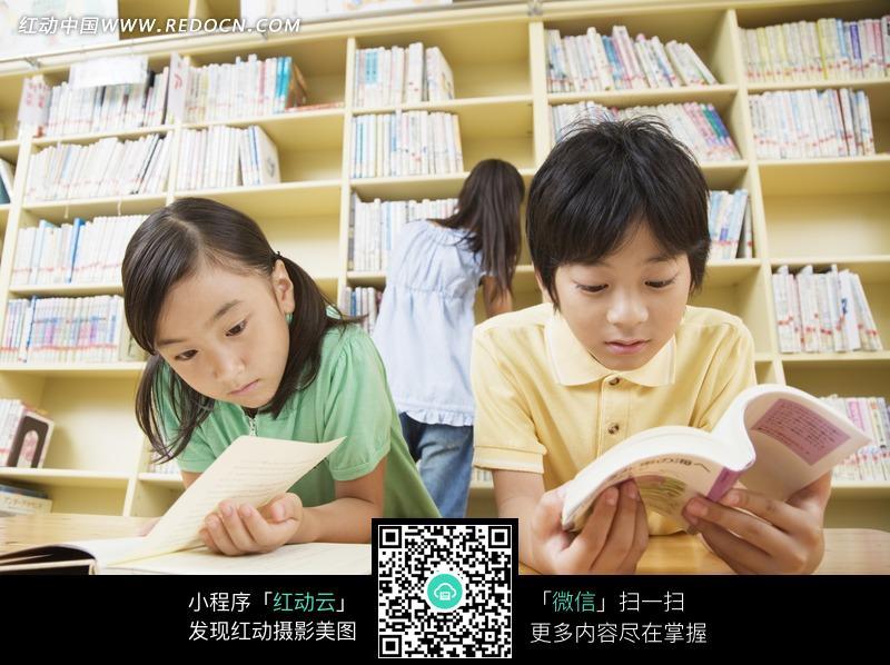 坐在图书馆认真看书的男孩女孩