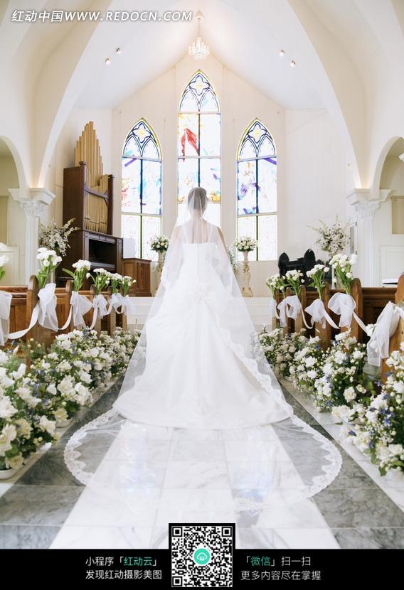 教堂里穿婚纱的女子的背影
