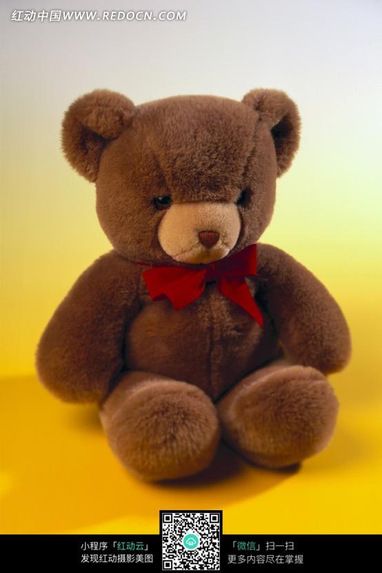 一个坐着的棕色玩具熊图片