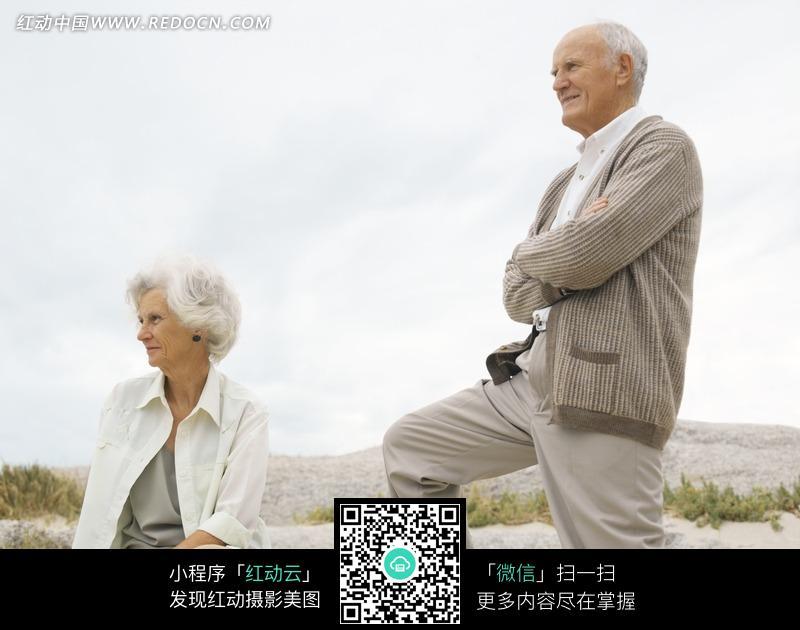 一对外国老夫妻在野外图片