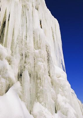 蓝天下寒冬里的冰瀑
