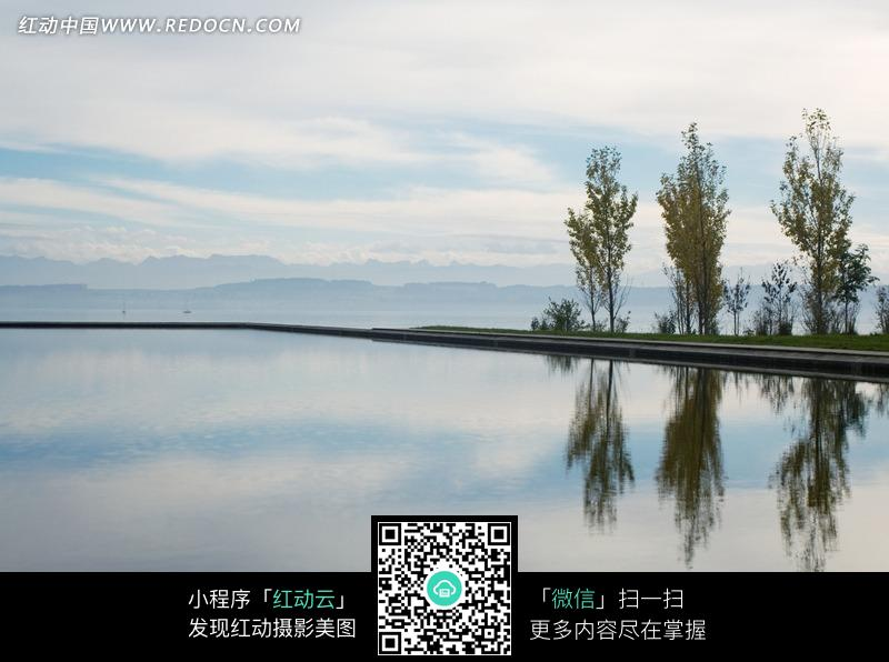 水波/天空/树木构成的图片_自然风景图片