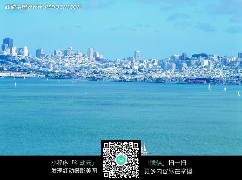 蓝天大海交融的白色城市图片