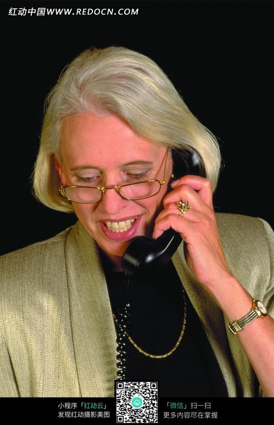 戴着眼镜讲电话的外国女人图片