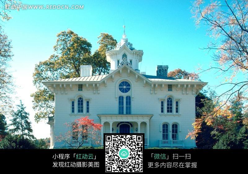 一幢白色双层欧式别墅图片