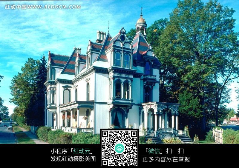 欧式尖顶白色墙面高档别墅图片