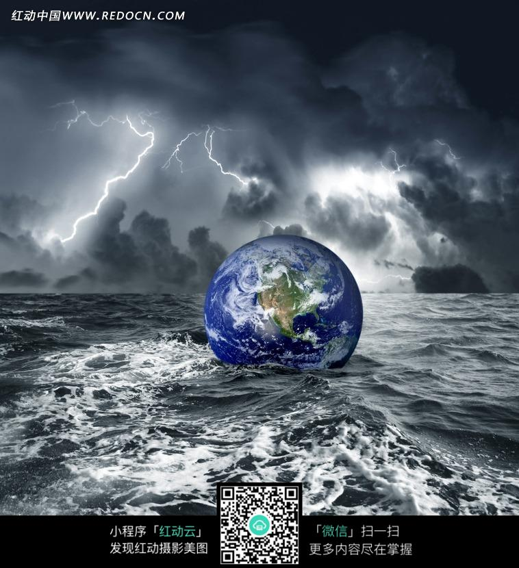 地球/乌云密布的大海上漂浮的地球