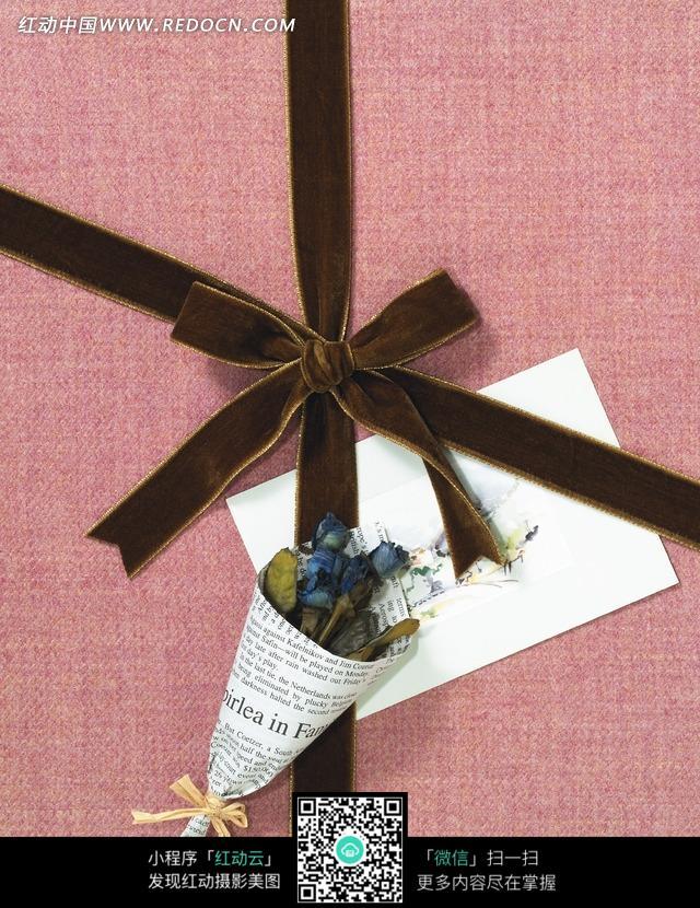 咖啡色蝴蝶结红包装纸白色贺卡报纸包花礼盒图片
