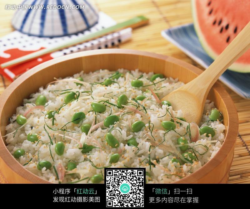 美食 青豆 菜豆 蒸饭 竹笼 木勺 木桶饭 洋葱丝 美食图片 中华美食