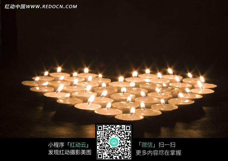 组成爱心形的宽蜡烛图片