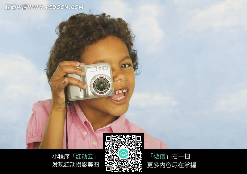 拿着相机的外国小男孩