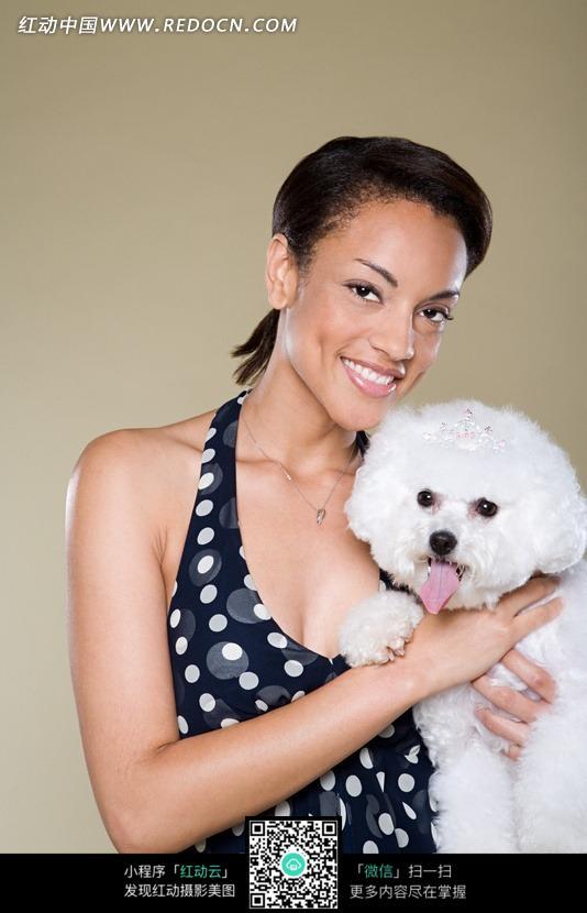 抱着狗狗微笑的女孩特写照片