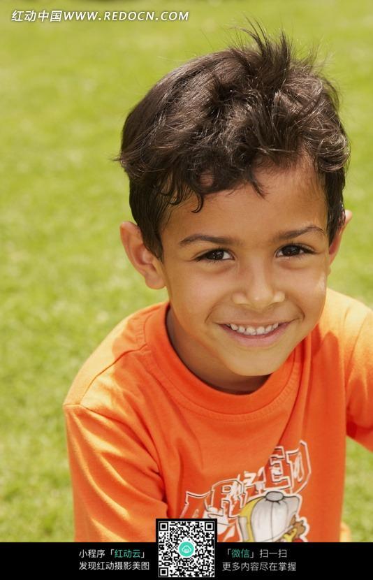 草地上的外国小男孩图片