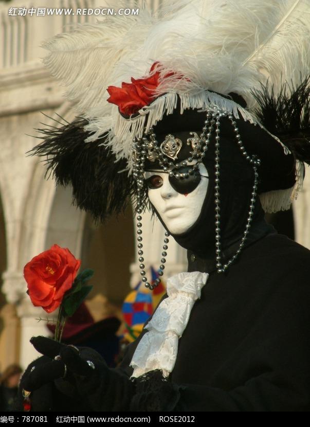 拿着玫瑰花戴面具的人