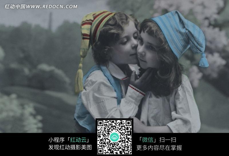 亲吻女孩的小男孩图片
