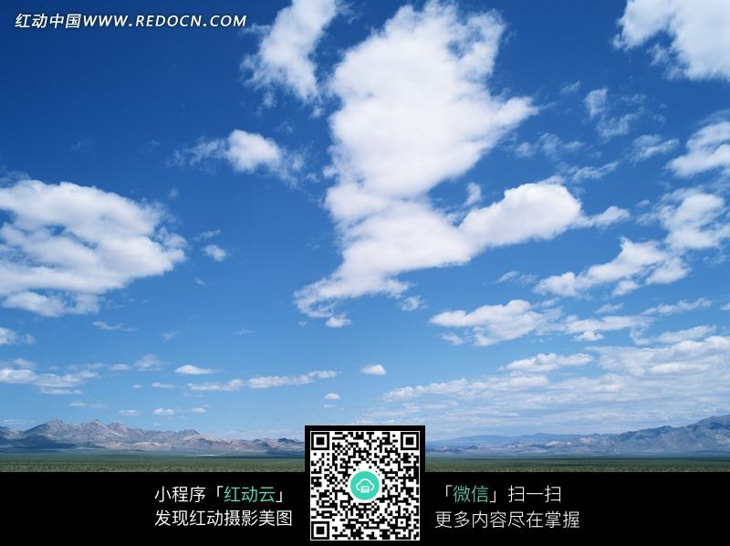 蓝天白云下的荒漠小公路图片