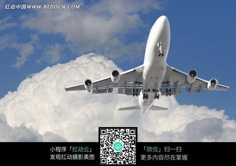 在云上的飞机