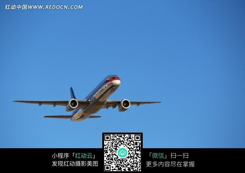 蓝天上的飞机图片_交通工具图片