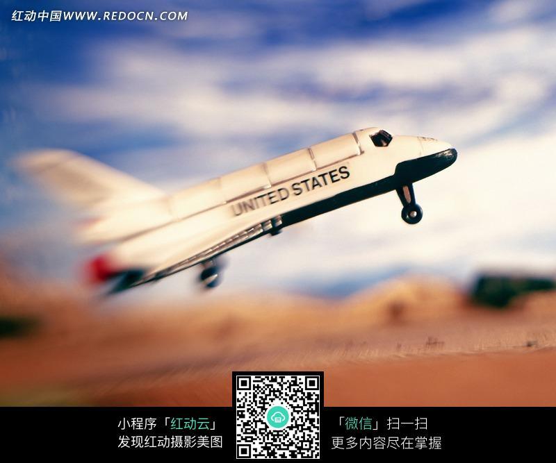 正在起飞的白色飞机图片
