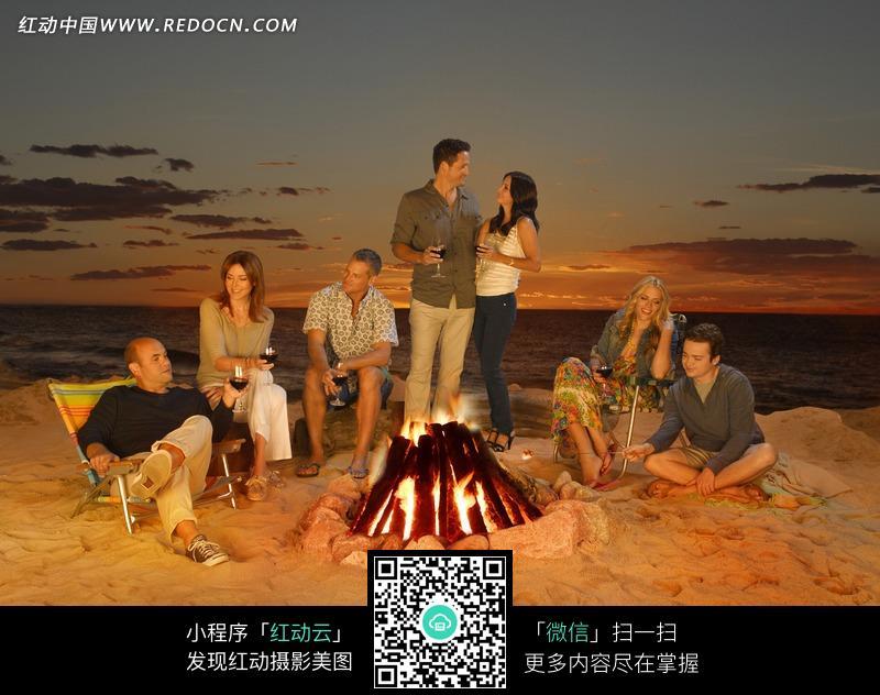 海边举行的篝火聚会