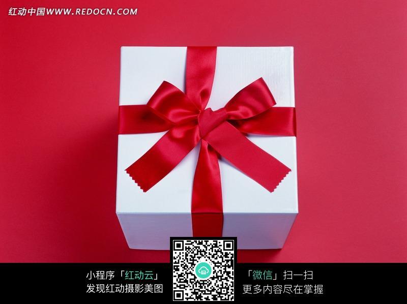 红色背景红彩带蝴蝶结礼盒