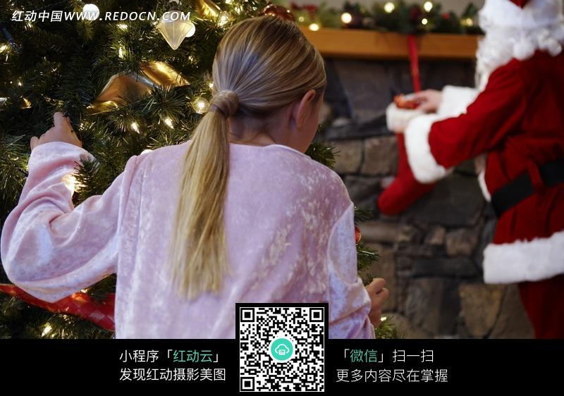 正在偷看圣诞老人的小女孩图片
