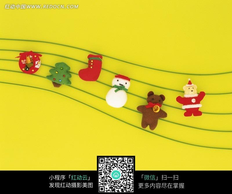圣诞节的曲谱-波浪五线谱上的圣诞装饰物
