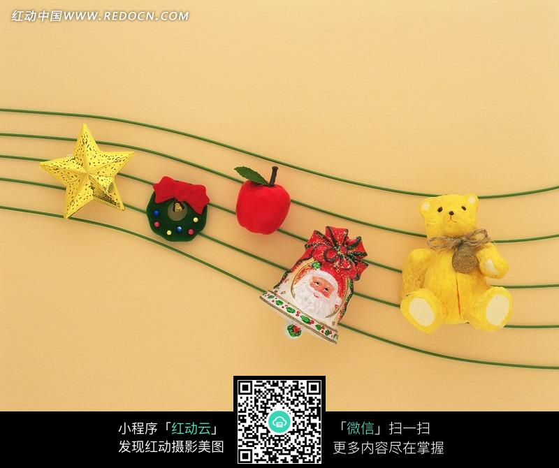 圣诞节的曲谱-波浪五线谱上的圣诞装饰物图片