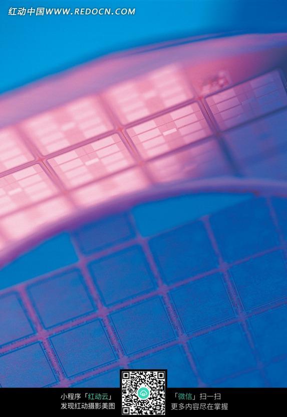 虚幻红蓝方格芯片电路板图片