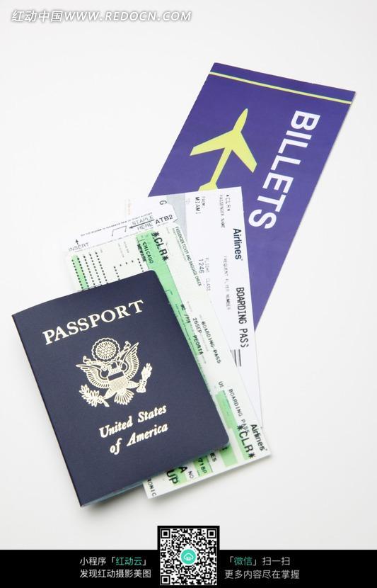 深蓝色美国护照与飞机票图片
