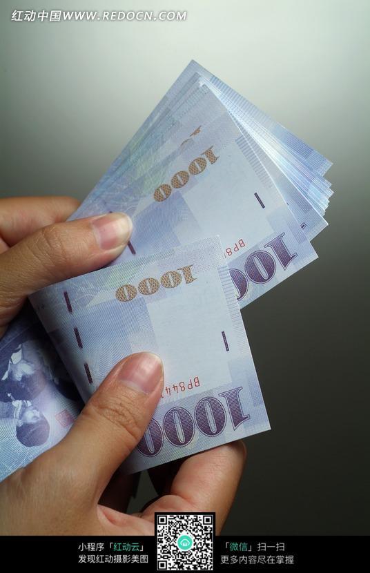 「數鈔票圖片」的圖片搜尋結果