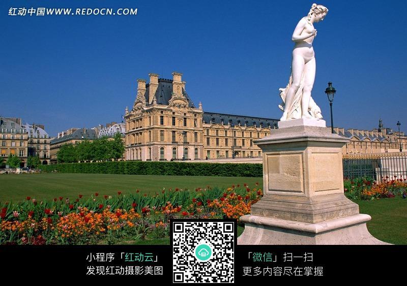 人物雕塑/草地/花朵/欧式建筑物构成的图片