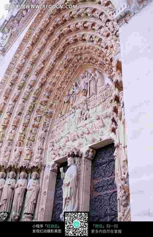 欧式建筑物的大门和雕刻的人物塑像