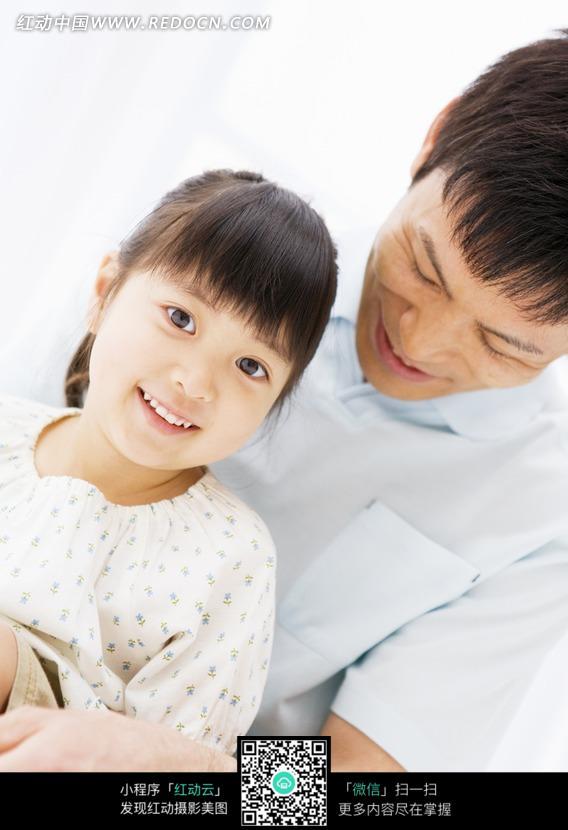 和爸爸坐在一起的小女孩图片