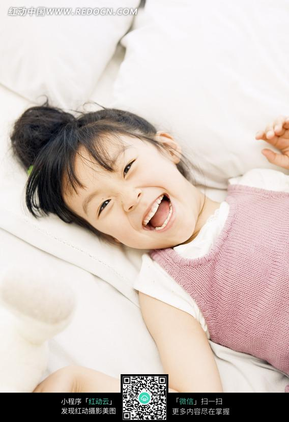 免费素材 图片素材 人物图片 日常生活 躺在沙发上张嘴大笑的小女孩