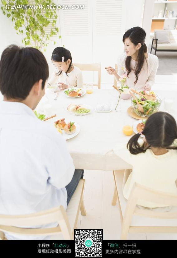 坐在桌上吃饭的一家人图片免费下载 编号799839 红动网
