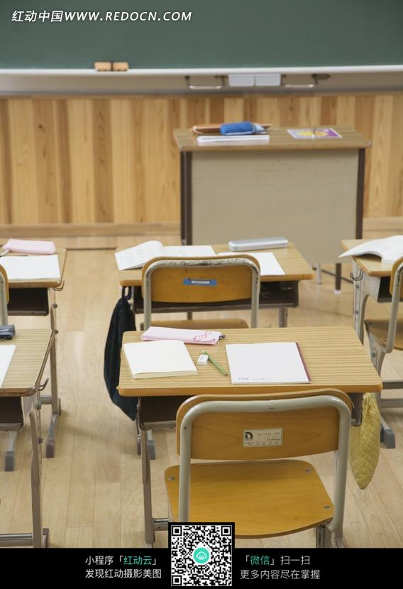 教室里的桌椅书本和讲台