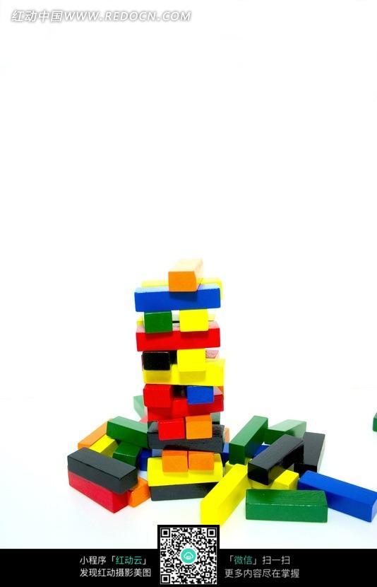 摞在一起的彩色长方形积木