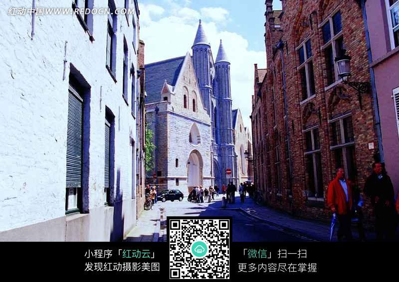 道路和两旁的尖顶欧式建筑物图片