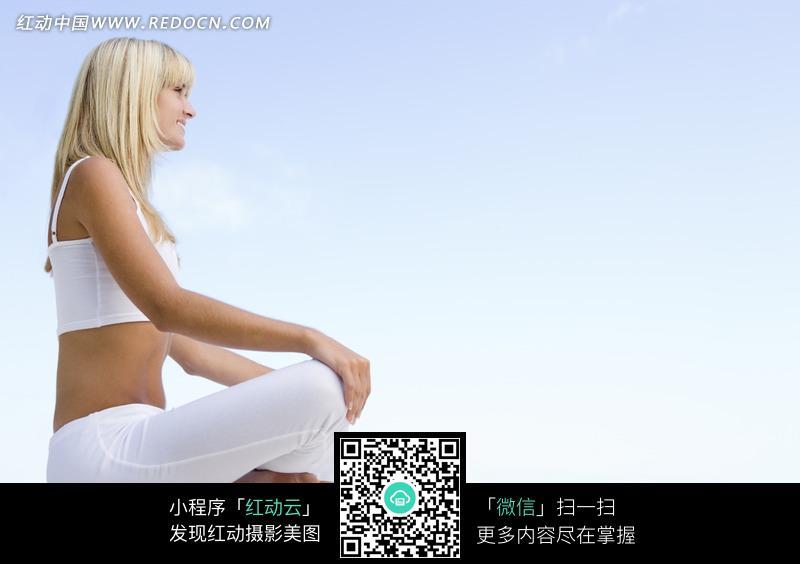 盘腿而坐的瑜伽美女