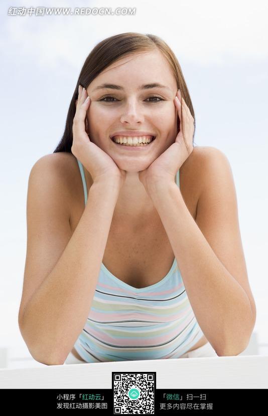 双手托着脸 开心的笑 人物素材 摄影图片 人物摄影 图片素材 美女图片
