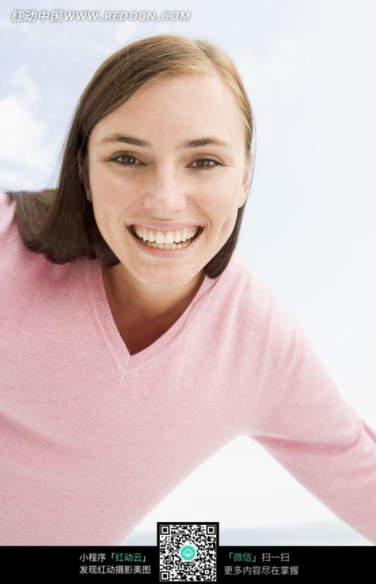 欢笑的外国美女脸部特写图片