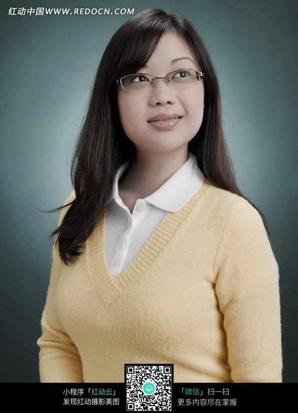 戴眼镜的长发美女图片图片