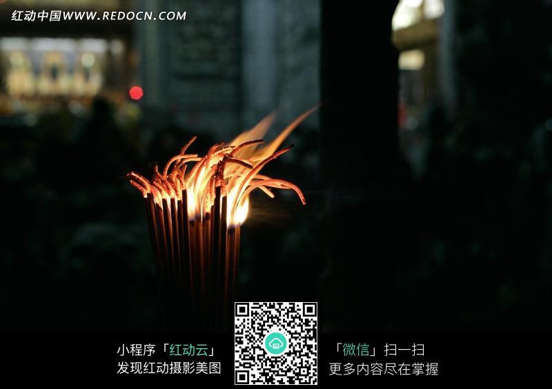 人物和燃烧的香烛_宗教信仰图片_红动手机版