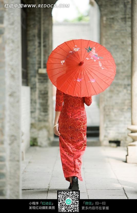 免费推广_打着红伞的红色旗袍美女背影图片免费下载_红动网