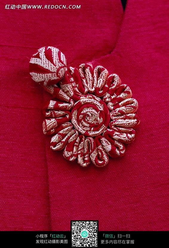 红色中国传统服装盘扣特写图片